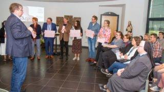 Winfried Meilwes moderiert den spielerischen Einstieg in den Tag. Foto: SMMP/Ulrich Bock