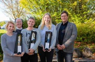 Eine besonders große Flasche Schaumwein gab es für die drei jahrgangsbesten: Lena Rottmann, Sandra Winter und Jessika Lachowitz. (Foto: SMMP/Beer)