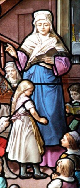 Maria Magdalena Postel im Unterricht. Dieses Glasfenster gehört zu einer Serie von Fenstern in der Kirche ihres Geburtsortes Barfleur.