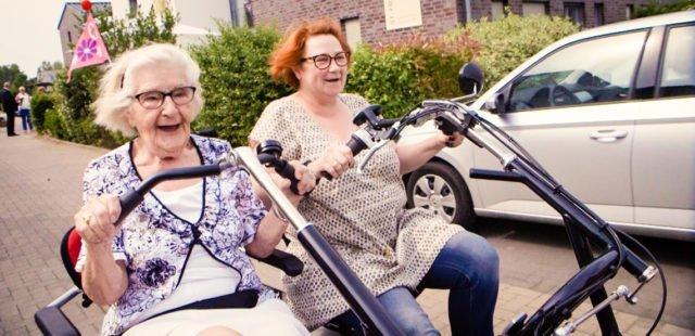 Auch im hohen Alter aktiv: Unterwegs mit dem Franzimobil in Oelde. (Foto: SMMP/Beer)