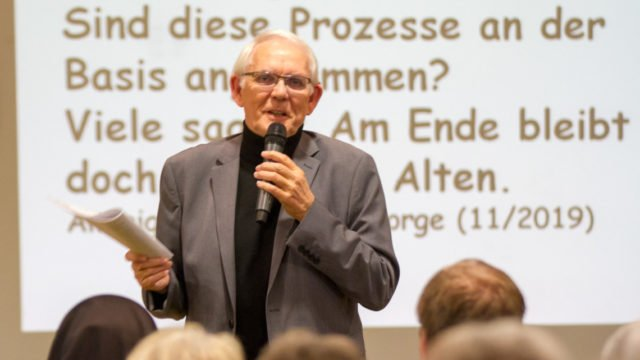 Monsignore Auffenberg stellte rückblickend die Frage, welche Prozese nach dem Zweiten Vatikanischen Konzil an der Basis angekommen sind. Foto: SMMP/Ulrich Bock