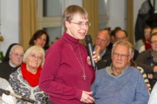 Schwester Klara Maria bedankt sich bei den Teilnehmerinnen und Teilnehmern der Podiumsrunde. Foto: SMMP/Ulrich Bock