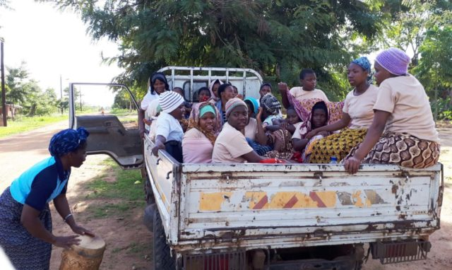 Ein Bus und ein Personenbeförderungsschein sind in Mosambik für Gruppenreisen nicht erforderlich. Foto: Sr. Theresia Lehmeier/SMMP