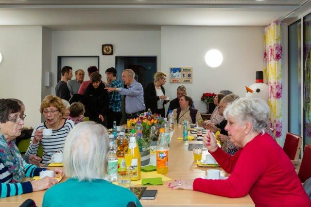 Familienleben in der WG: Nach dem Gottesdienst Bewohner, Angehörige und Nachbarn noch ein bisschen zusammengesessen. (Foto: SMMP/Beer)