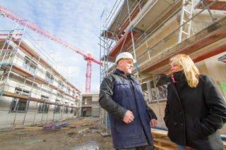 Der Bauarbeiten gehen weiter - das Richtfest fällt aus. Heimleiterin Gisela Gerlach-Wiegmann und Haustechniker Michael Lüdtke besichtigen den Fortschritt beim Bau des Hauses St. Martin in Herten-Westerholt. Foto: SMMP/Ulrich Bock