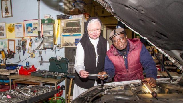 Schwester Maria Ignatia Langela assistiert Cephas Bansah bei der Arbeit unter der Motorhaube - allerdings nur kurz für ein Foto. Foto: SMMP/Ulrich Bock