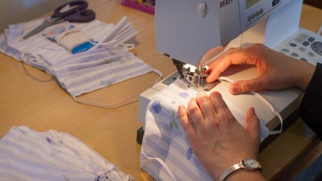 Schneidermeisterin Schwester Laetitia Müller stellt aus Bettbezügen einen einfachen Atemschutz her. Foto: SMMP/Urich Bock
