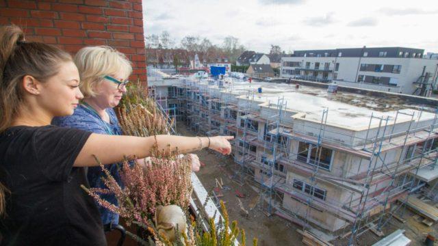 Ende Februar: Gemeinsam blicken die Auszubildende Nadine Grelewicz und Bewohnerin Monika Jaeschke von der vierten Etage des alten Hauses St. Martin auf den zweigeschossigen Neubau. Inzwischen ist der Rohbau fertig. Das Richtfest kann allerdings nicht stattfinden.Foto: SMMP/Ulrich Bock