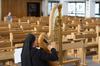 Andacht in fast leerer Dreifaltigkeits-Kirche. Jedoch werden von hier aus alle Gebetszeiten und das Unterhaltungsprogramm in die Zimmer der Schwestern übertragen. Foto: SMMP/Ulrich Bock