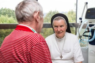 Klinikseelsorgerin Sr. Theresia Maria Kösters im Gespräch mit einem Patienten an der Hufeland-Klinik in Bad Ems. Foto: SMMP/Bock