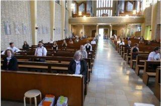 Das Placida Viel-Berufskolleg verabschiedete ihre Abgänger in der Kirche. Foto: Katja Hofbauer/SMMP