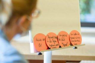 n der Workshop-Phase gehen die Küchen- und Einrichtungsleitungen der Frage nach, was sich für sie in den Häusern von den vielen Ideen wie umsetzen lässt. Foto: SMMP/Ulrich Bock