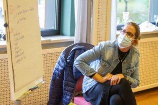Linda Agiri, Einrichtungsleiterin des Hauses St. Martin in Herten-Westerholt, schaut genau hin. Ihr Seniorenheim wird gerade neu gebaut. Foto: SMMP/Ulrich Bock