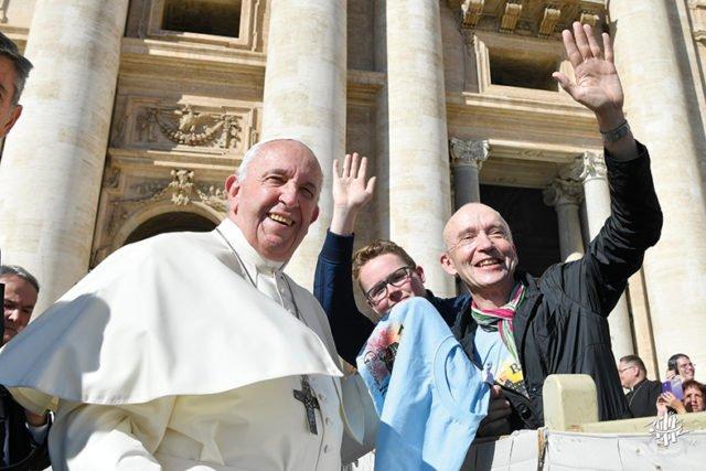 Ein ganz besonderer Augenblick: Dr. Eduard Maler und Schülersprecher Simon Kettelmann begegnen Papst Franzikus im Rahmen im Schulfahrt nach Rom im Oktober 2019. Foto: Vatikan