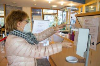 Weiterhin gilt: Wer als Bescher ein Seniorenheim betritt - wie hier das Seniorenzentrum Am Eichendorffpark in Stromberg -, muss sich im Eingangsbereich zuerst einmal die Hände desinfizieren, registrieren und weiterhin eine FFP2-Maske tragen. Foto: SMMP/Ulrich Bock
