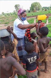Schwester Santa Joao Teblo zwischen den Kindern in dem Flüchtlingslager. Foto: Sr. Leila de Souza e Silva/SMMP