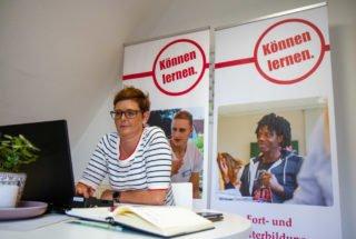 Ausbildungskoordinatorin Sylvia Schmidt wartet am virtuellen Messestand auf Besucherinnen und Besucher. Foto: SMMP/Ulrich Bock