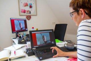 Sylvia Schmidt tauscht sich mit Stefanie Niemann aus. Sie ist Dozentin an der Pflegeschule der Gesundheitsakademie SMMP und hatte einige Interesenten am virtuellenm Messestand beraten. Foto: SMMP/Ulrich Bock