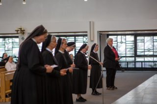Der neu gewählte Provinzrat legt im Gottesdienst sein Versprechen ab, der Ordensgmeinschaft zu dienen. (Foto: Beer/SMMP)