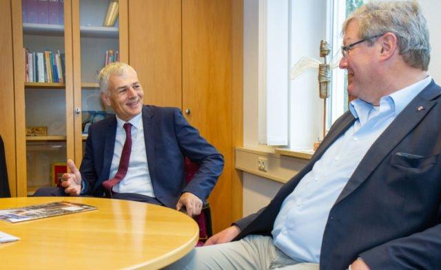 Der Geschäftsführer der SMMP Holding gGmbH, Stefan Burk (r.), begrüßt Raphael Ittner (l.) als neuen Geschäftsführer der SMMP-Schulen. Foto: SMMP/Ulrich Bock