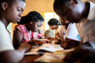 Jugendliche lesen in der Bibliothek der Schule Julie Postel in Metarica in Mosambik. An diesem Standort werden ab September drei neue Missionarinnen auf Zeit im Einsatz sein. Foto: Florian Kopp/SMMP