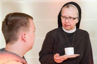 Schwester Margareta redet schon beim Frühstück mit den Jugendlichen und erfährt, was sie beschäftigt. Foto: SMMP/Ulrich Bock