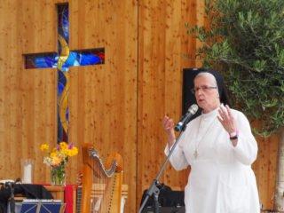 Schwester Placida vom Kreuz Nitsch beim Bibelerzählen. Foto: SMMP/Sr. Maria Thoma Dikow