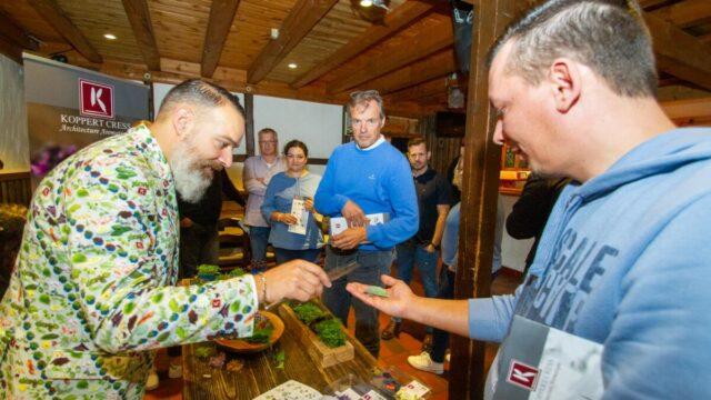 """""""Probieren Sie mal"""": Hemond Chatterjee verteilt Zitronenblätter an die Küchen- und Reinigungsleitungen der SMMP Servicedienste. Foto: SMMP/Ulrich Bock"""